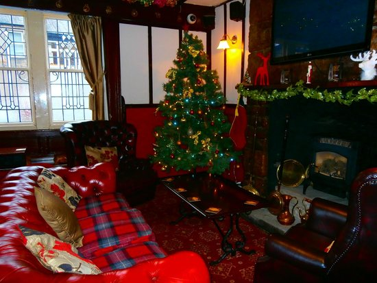 The Queens Head: bar at Christmas