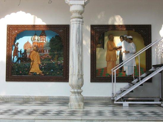 ISKCON Temple - Mumbai: Одни из фресок на внешней стене здения храма
