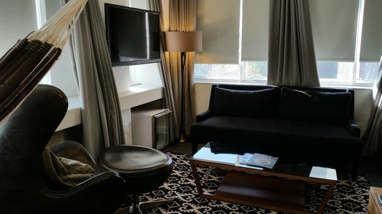 NU Hotel: Couch Area