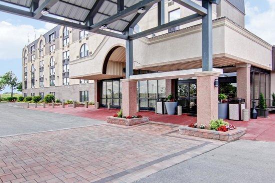 Best Western Plus Toronto North York Hotel & Suites: Entrance to the BEST WESTERN PLUS Toronto North York Hotel