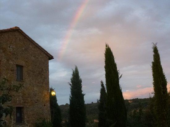 Agriturismo Cretaiole di Luciano Moricciani: Rainbow over Cretaiole