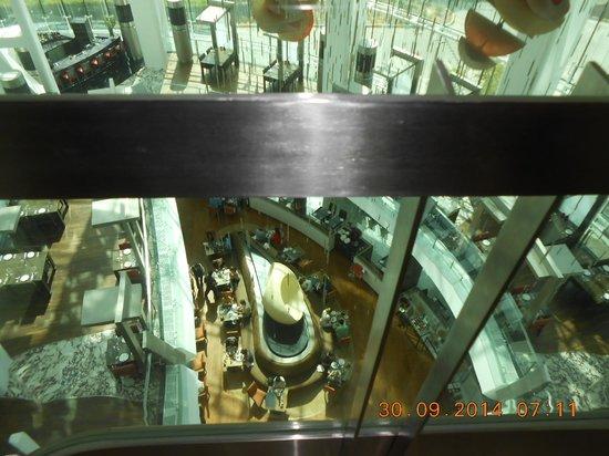 Hilton Capital Grand Abu Dhabi: zicht op restaurant vanuit lift