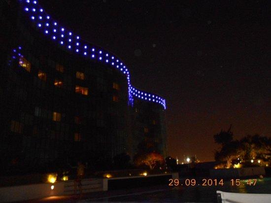 Hilton Capital Grand Abu Dhabi: hotel aan zwembad zijde