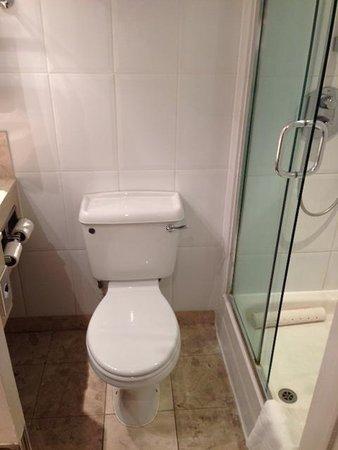 Hilton London Kensington: spacious bathroom.  8)