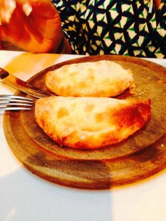 La Cholita: Mas empanadas, deliciosas, las hay de queso, carne, etc