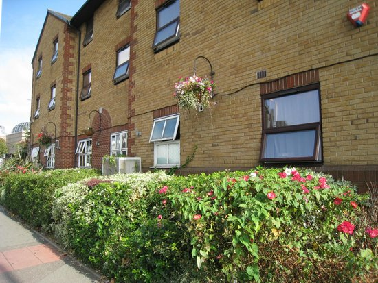 Premier Inn London Romford Central Hotel: Side view, with colourful hedgerows