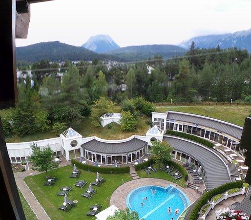 Krumers Alpin Resort & Spa: Vue sur montagne et piscine