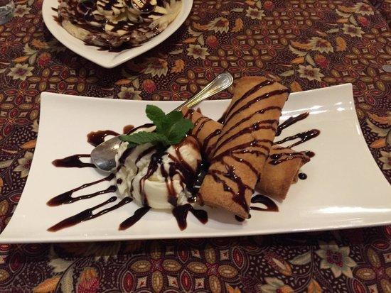 Restaurant Borneo: Friteeratut banaanit, vanilijajäätelöä ja suklaakastiketta.