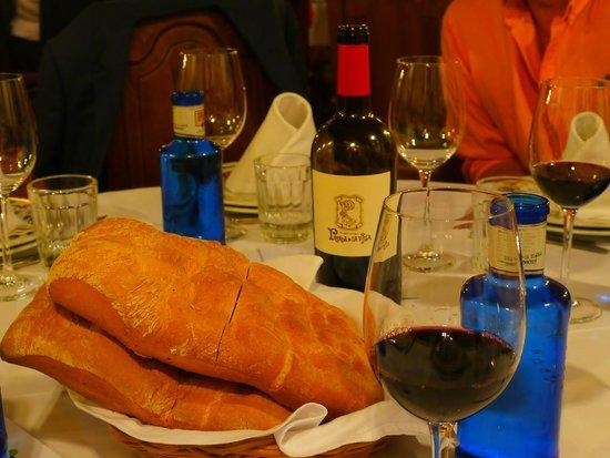 Posada de la Villa: Typical wine and bread