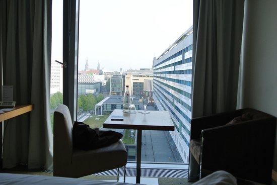 Pullman Dresden Newa: Tisch vor Fenster