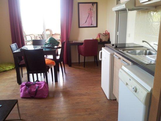 Appart'hôtel Odalys Olympe : séjour avec coin cuisine