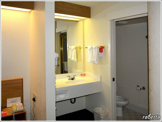 Econo Lodge Denver International Airport: Il lavabo in camera e la porta del bagno