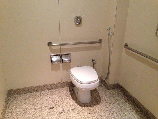 Windsor Plaza Copacabana Hotel: Bathroom prison like view