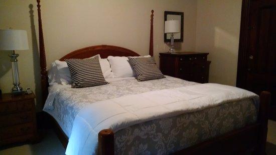 Marblehead Inn: Part of my suite