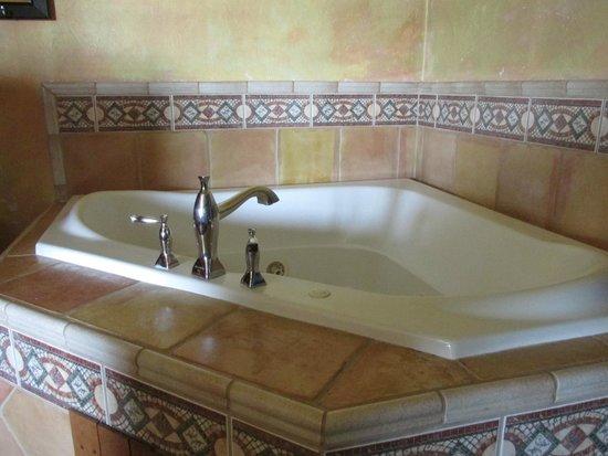 Inn at Avila Beach: The jacuzzi tub in our spa-type room at the Inn at Avila.