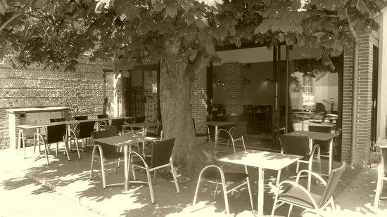 Buzet-sur-Tarn, Francia: une terrasse ombragée par un magnifique marronnier.