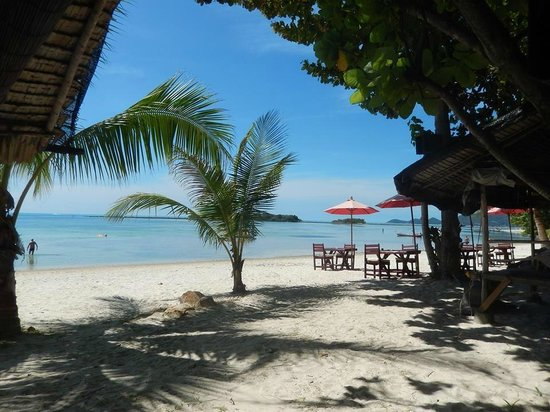 Muang Kulaypan Hotel: View of the beach from breakfast bungalows