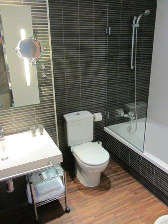 AC Hotel Palau de Bellavista: Large bathroom