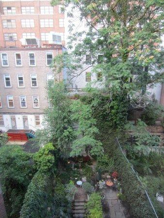 Chelsea Pines Inn: vue patio depuis la chambre