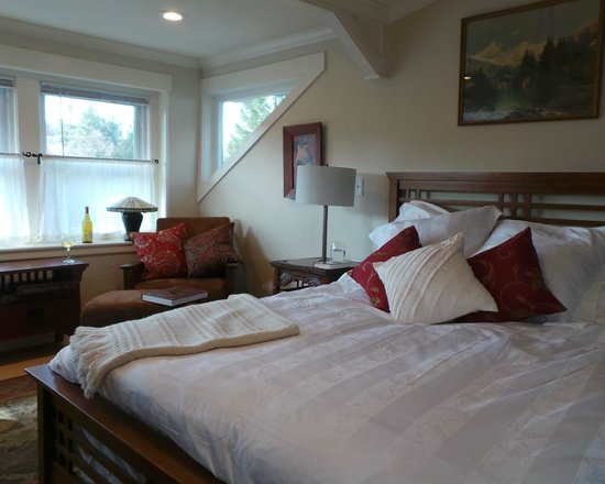 Coloma Spring Suites: Queen Bed with Luxury Linens - Daffodil Suite