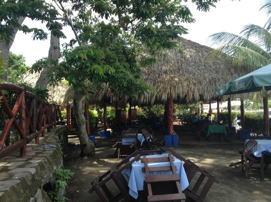 Villas Mombacho: Dining under thatched canopies