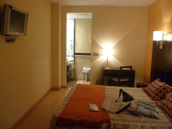 Hotel Cardena: Dormitorio con el baño al fondo