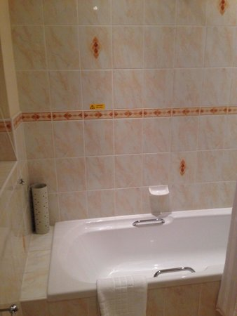 Chudleigh: Clean bathroom.