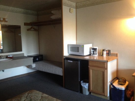 Timbers Motel: Vanity, safe, microwave and refrigerator