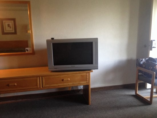 Timbers Motel: TV and dresser