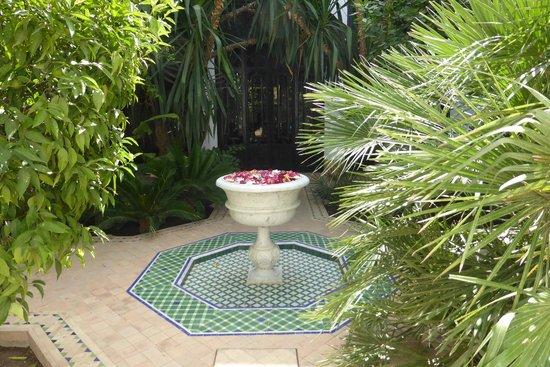 Riad Samarkand : Rose petals in fountain
