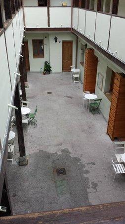 Mad4You Hostel: Hotel courtyard