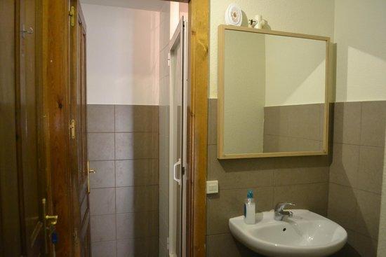 Mad4You Hostel: Bathroom