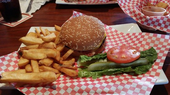 Gobbies Sports Pub and Eatery: Bacon burger with steak fries.