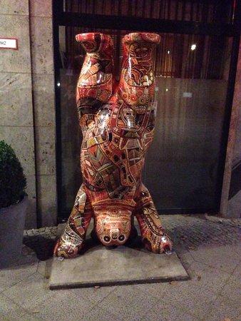 Adina Apartment Hotel Berlin Hauptbahnhof: Aussie Aboriginal Art bear