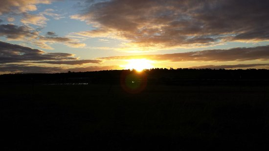 Hunter Valley Resort: Sunset on a walking trail