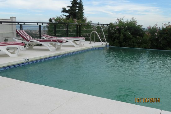Hotel Villa Guadalupe: Infinity pool and loungers