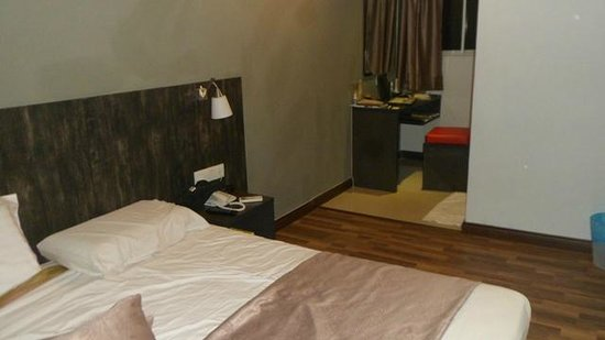 K Hotel: room with ample space