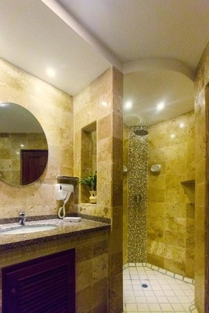 Pacific Club Resort: Recently renovated granite bathrooms