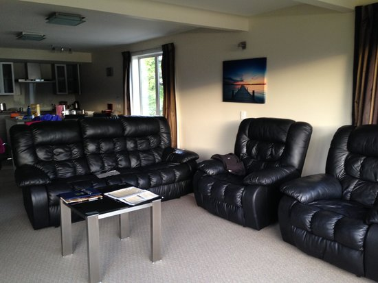 Fiordland Lakeview Motel and Apartments: Spacious sitting area!