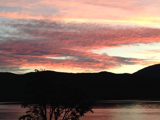 Fiordland Lakeview Motel and Apartments : Sunset from our balcony