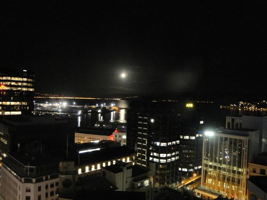 Travelodge Hotel Wellington: Night view over harbour area