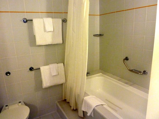 James Cook Hotel Grand Chancellor: Shower over bath