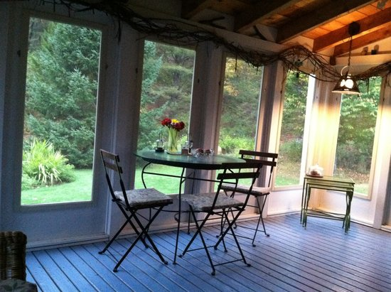 Johnnycake Flats Inn: The screened in porch