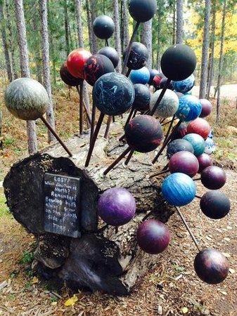 Lakenenland Sculpture Park: bowling balls sculpture