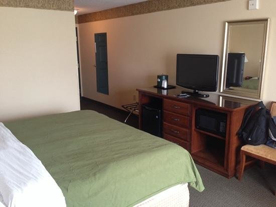 Country Inn & Suites By Carlson, Marquette: king regular room with fridge and microwave