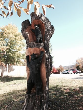 Last Chance Antiques & Cheese Cafe: Tree carving behind Last Chance