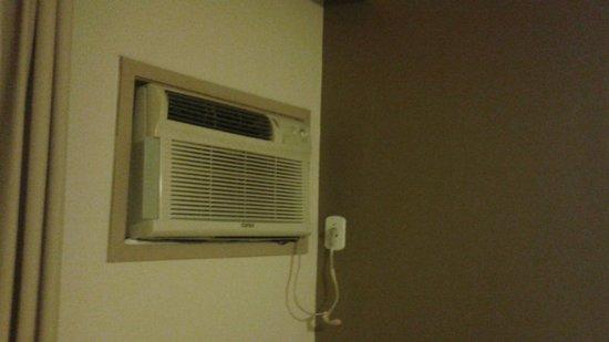 Niteroi Palace Hotel : Ar condicionado sem manutenção, sujo e barulhento.