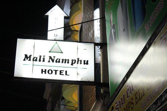 Mali Namphu Hotel : ป้ายโรงแรมด้านหน้า