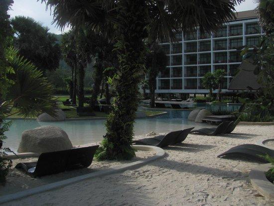 Naithonburi Beach Resort : бассейн с песком