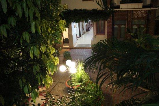 Mali Namphu Hotel : สวนภายในโรงแรมยามค่ำคืน